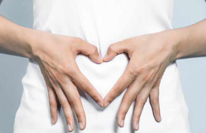 Sieviete veido sirds simbolu | Cilmes šūnu banku alianse | LYL BioBank Hearts